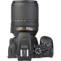 Nikon D5600 + AF-S DX Nikkor 18-140 mm G ED VR - Vue de 3/4 vers la droite