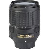 Nikon D5600 + AF-S DX Nikkor 18-140 mm G ED VR - Vue de face sans objectif