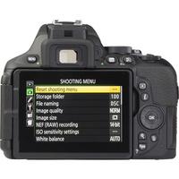 Nikon D5600 + AF-S DX Nikkor 18-140 mm G ED VR - Vue de face