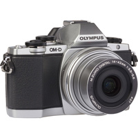 Olympus OM-D E-M10 + M. Zuiko Digital 14-42 mm EZ - Vue de face sans objectif