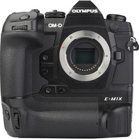 Olympus OM-D E-M1X + M. Zuiko Digital ED 12-40 mm Pro - Vue de face sans objectif