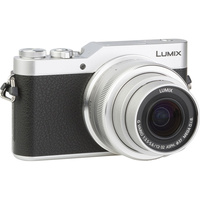 Panasonic Lumix DC-GX800 + Lumix G Vario 12-32 mm Mega OIS - Vue de 3/4 vers la droite