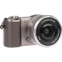 Sony ILCE-5100 + 16-50 mm SELP1650 - Vue de 3/4 vers la droite