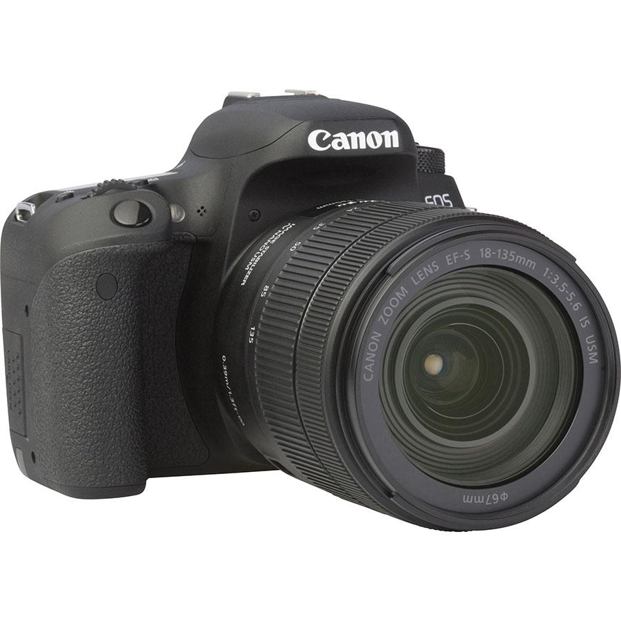 Canon EOS 77D + EF-S 18-135 mm IS USM - Vue de 3/4 vers la droite