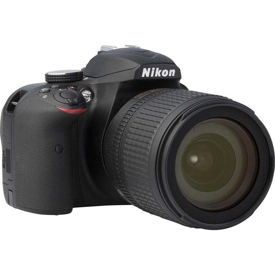 Nikon D3400 + AF-S DX Nikkor 18-105 mm G ED VR - Vue de 3/4 vers la droite