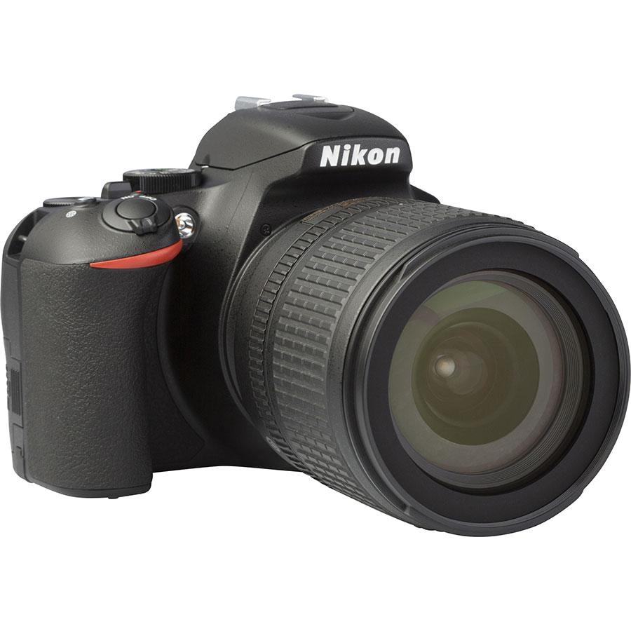 Nikon D3500 + AF-S DX Nikkor 18-105 mm G ED VR - Vue de 3/4 vers la droite
