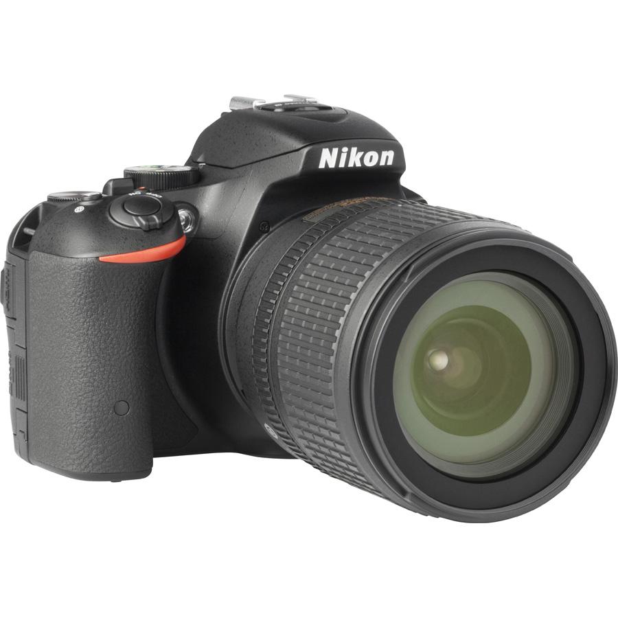 Nikon D5500 + AF-S DX Nikkor 18-105 mm G ED VR - Vue de 3/4 vers la droite