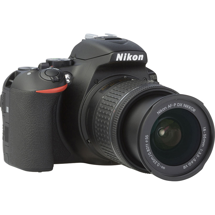 Nikon D5600 + AF-P DX Nikkor 18-55 mm G VR - Vue de 3/4 vers la droite