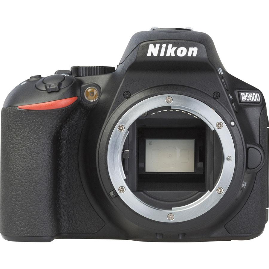 Nikon D5600 + AF-P DX Nikkor 18-55 mm G VR - Vue de face sans objectif