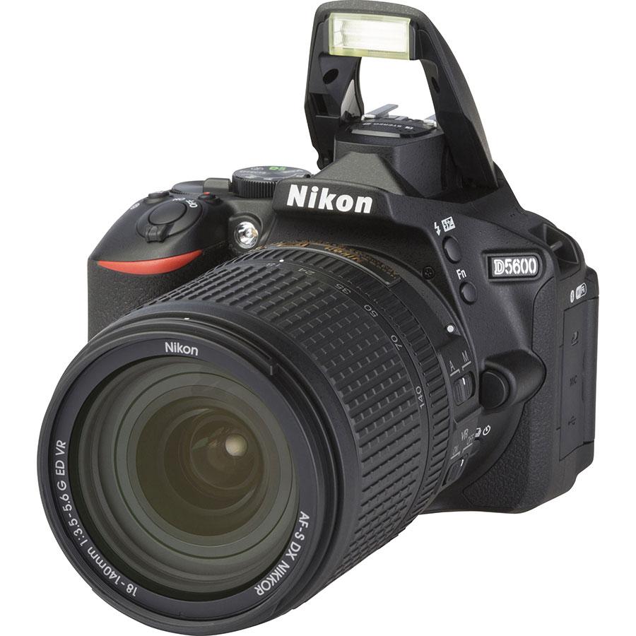 Nikon D5600 + AF-S DX Nikkor 18-140 mm G ED VR - Vue principale