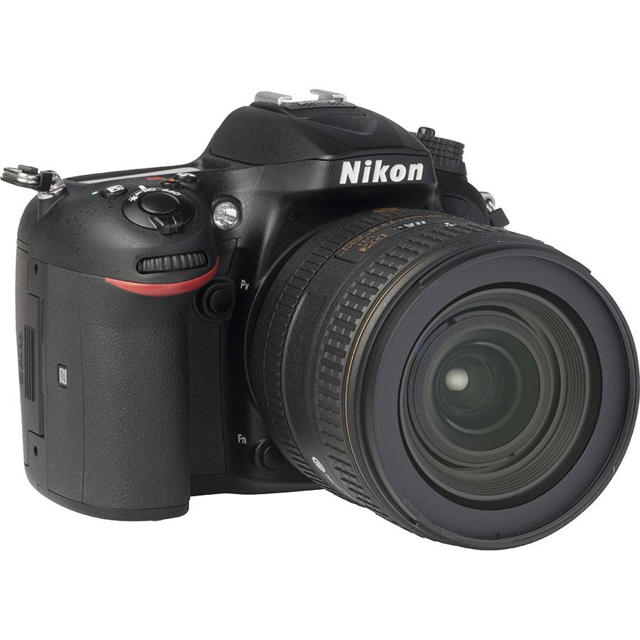 Nikon D7200 + AF-S DX Nikkor 16-80 mm E ED VR - Vue de 3/4 vers la droite