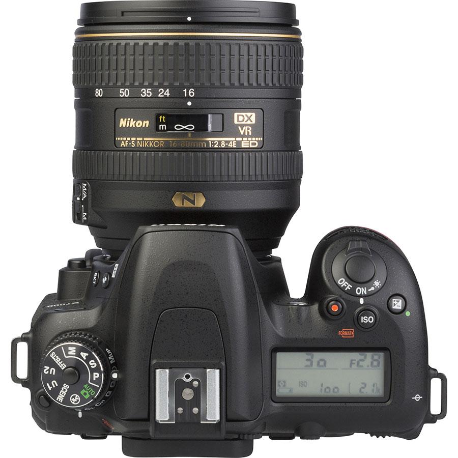 Nikon D7500 + AF-S DX Nikkor 16–80 mm E ED VR - Vue du dessus