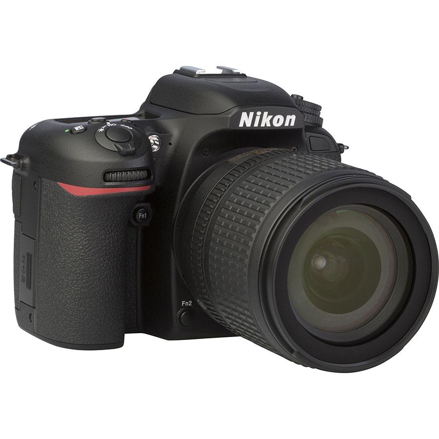 Nikon D7500 + AF-S DX Nikkor 18-105 mm G ED VR - Vue de 3/4 vers la droite