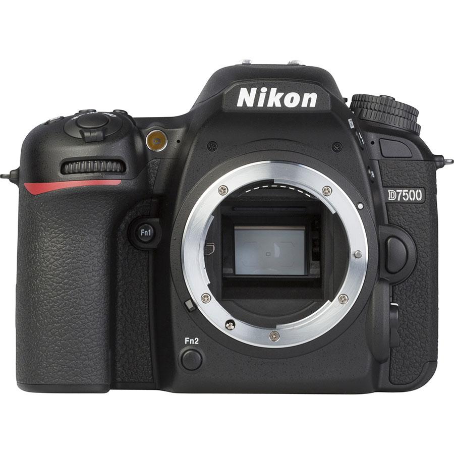Nikon D7500 + AF-S DX Nikkor 18-140 mm G ED VR - Vue de face sans objectif