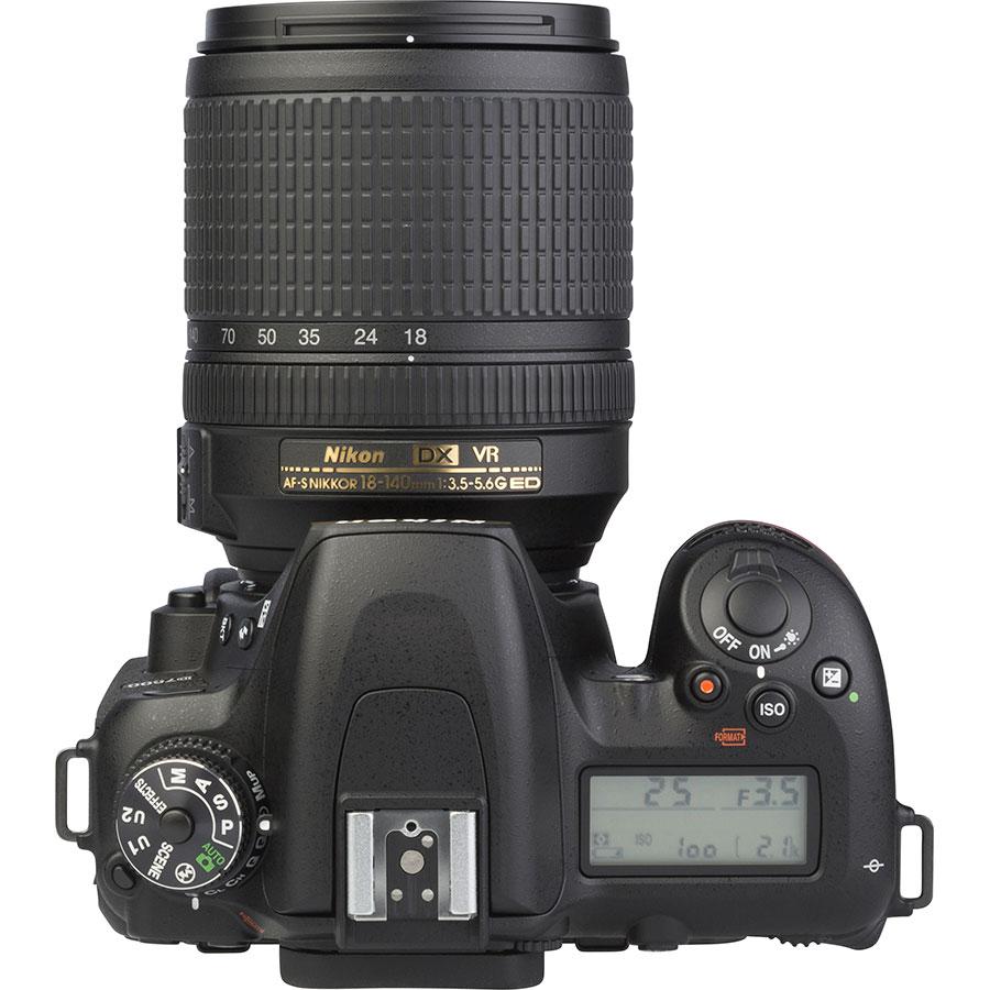 Nikon D7500 + AF-S DX Nikkor 18-140 mm G ED VR - Vue du dessus