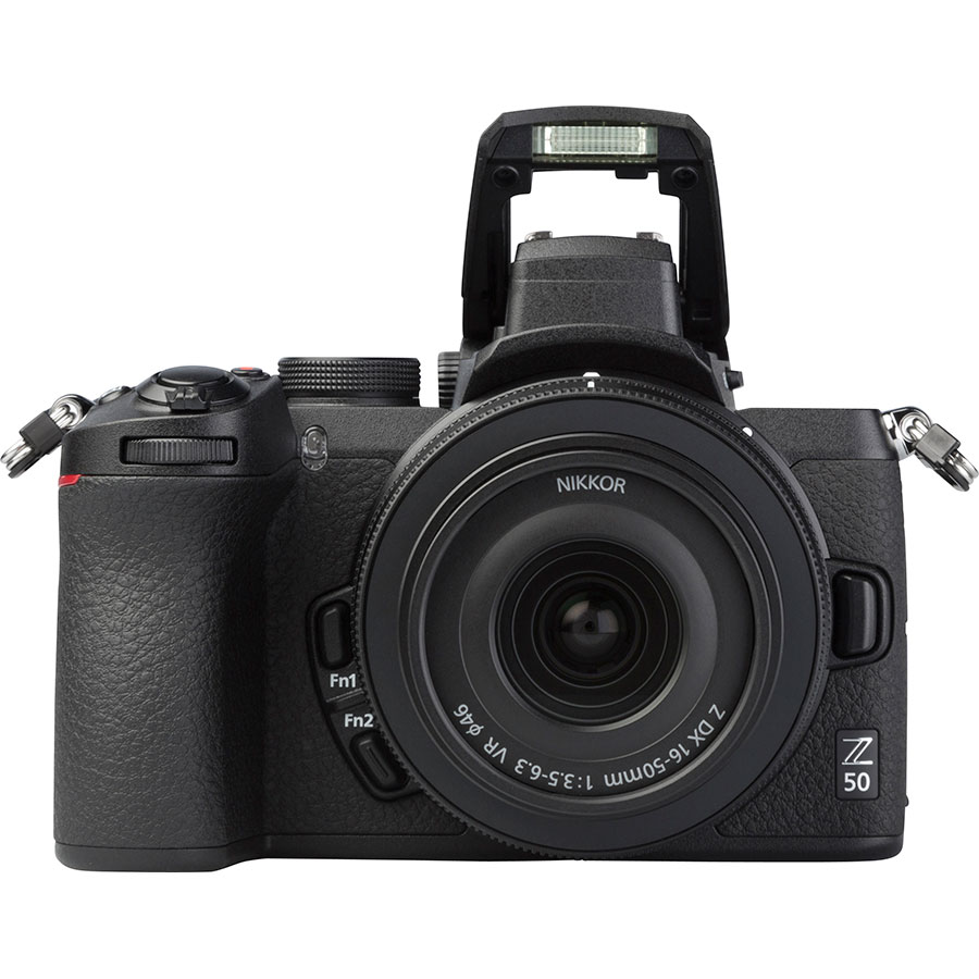Nikon Z50 + Nikkor Z DX 16-50 mm VR - Vue de face avec le flash
