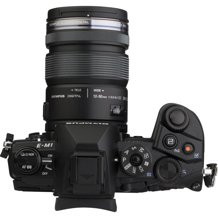 Olympus OM-D E-M1 + M. Zuiko Digital ED 12-50 mm EZ MSC - Vue de 3/4 vers la droite