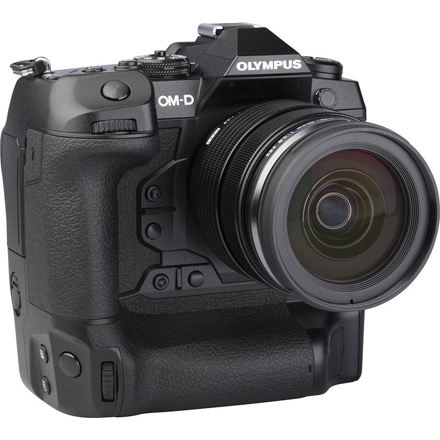 Olympus OM-D E-M1X + M. Zuiko Digital ED 12-40 mm Pro - Vue de 3/4 vers la droite
