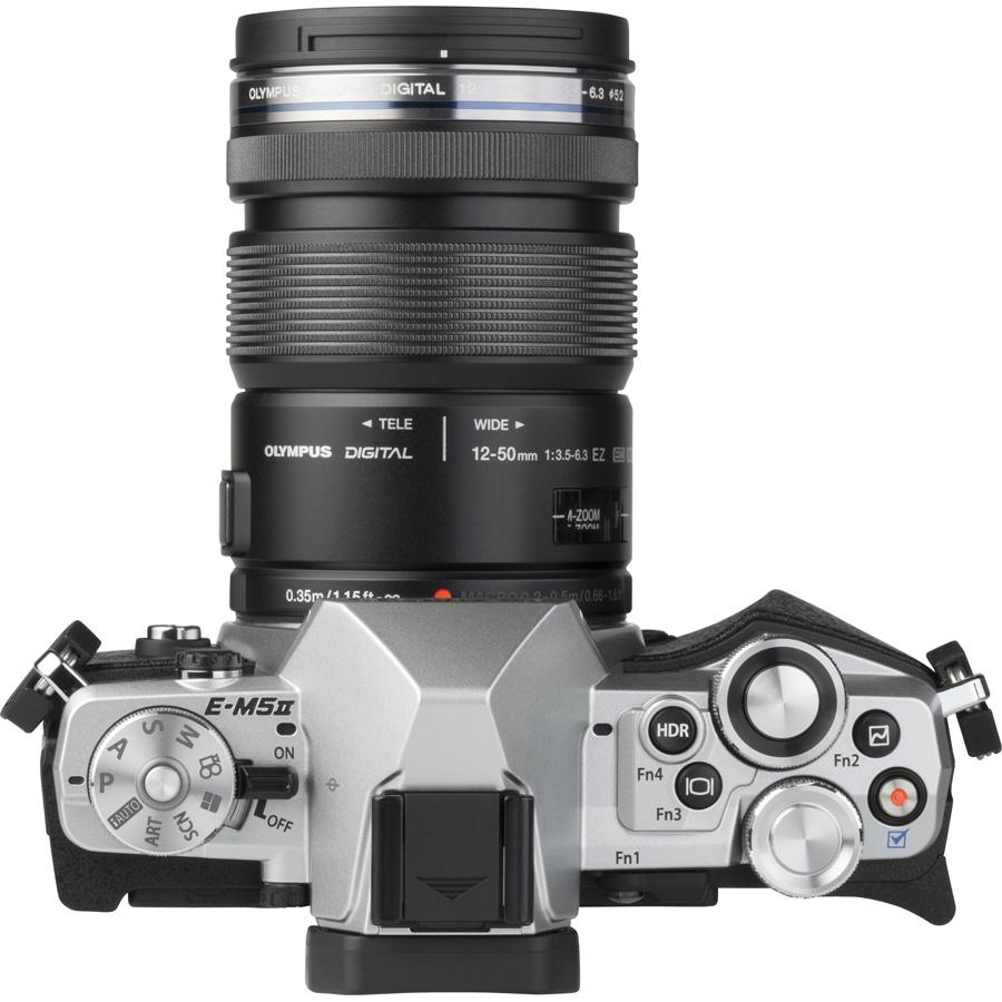 Olympus OM-D E-M5 Mark II + M. Zuiko Digital ED 12-50 mm EZ - Vue de 3/4 vers la droite