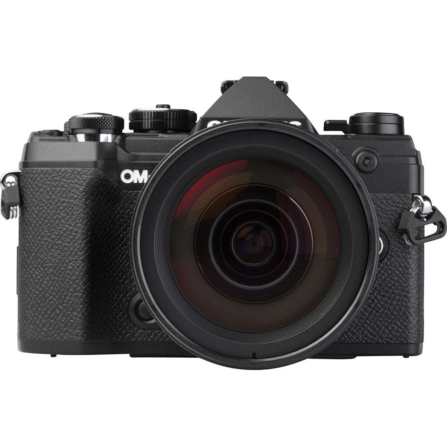 Olympus OM-D E-M5 Mark III + M.Zuiko Digital ED 12-40 mm Pro - Vue de face avec le flash