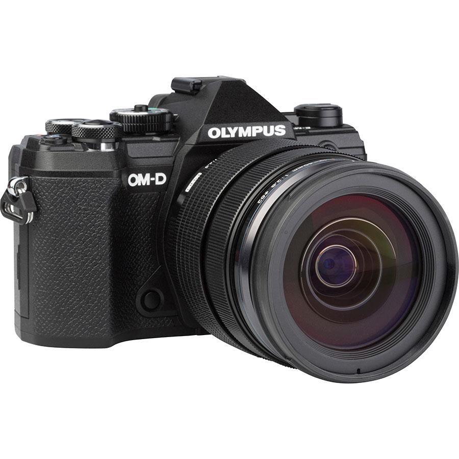 Olympus OM-D E-M5 Mark III + M.Zuiko Digital ED 12-40 mm Pro - Vue de 3/4 vers la droite