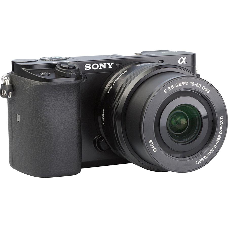 Sony ILCE-6100 + E 16-50 mm PZ OSS SELP1650 - Vue de 3/4 vers la droite