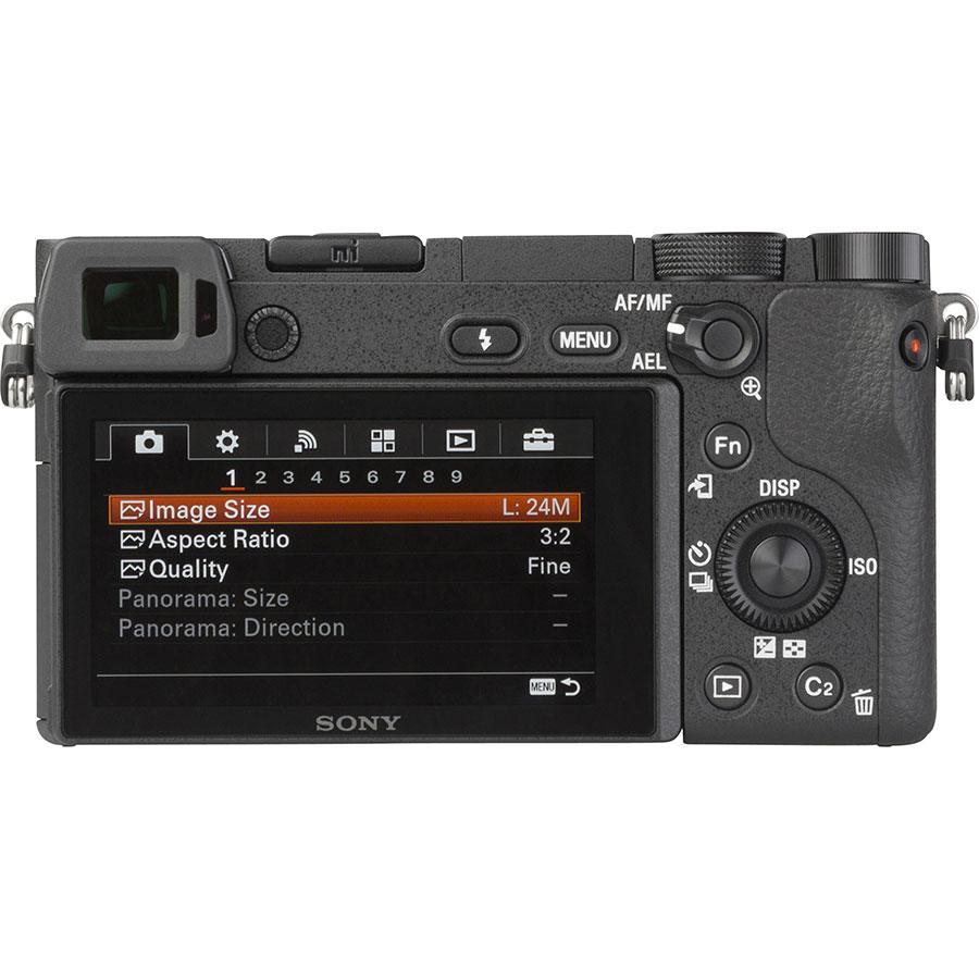 Sony ILCE-6300 + E 16-50 mm PZ OSS SELP1650 - Vue de 3/4 vers la droite
