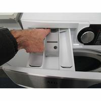 AEG L8WED164C(*12*) - Bouton de retrait du bac à produits