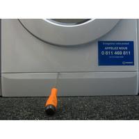 Indesit XWDE861480XW(*5*)(*17*) - Ouverture de la plinthe : outil nécessaire.