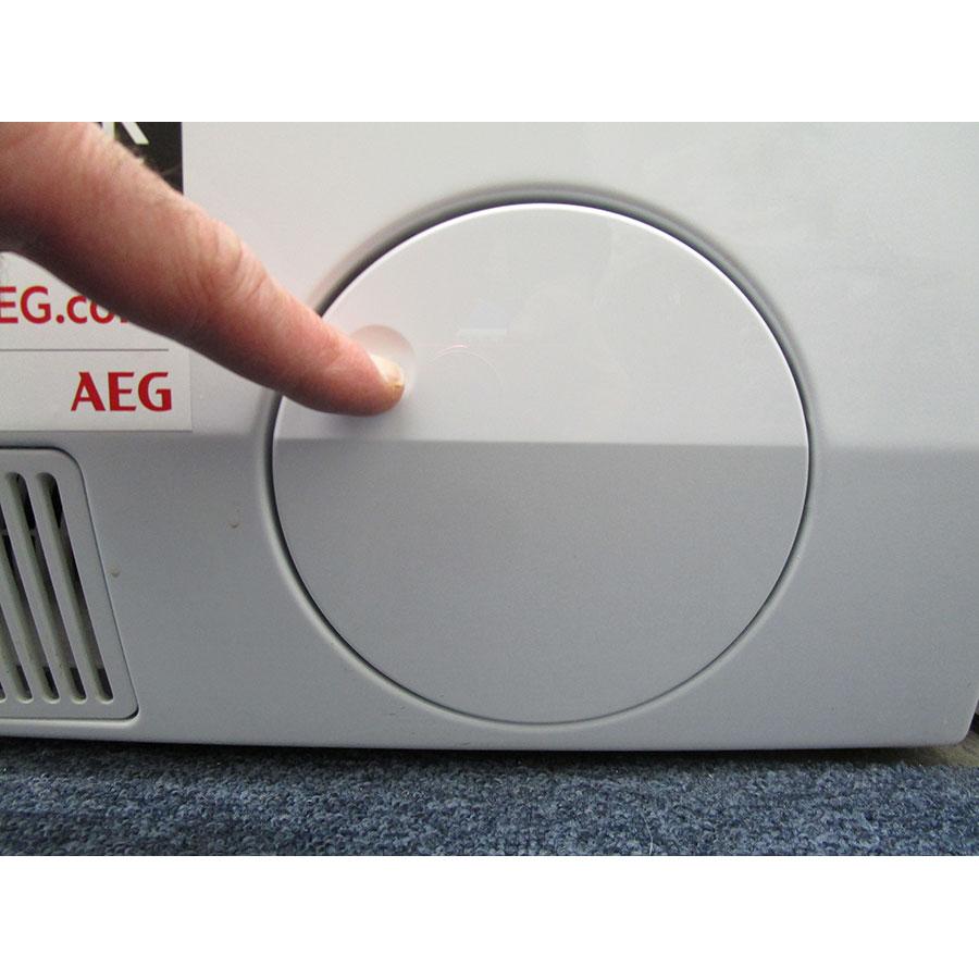 AEG L9WSR162C - Ouverture de la trappe du filtre de vidange
