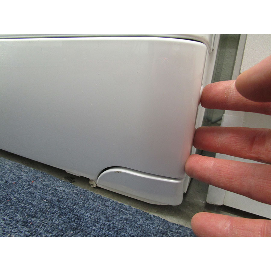 Brandt WTD8284SF - Ouverture de la trappe du filtre de vidange