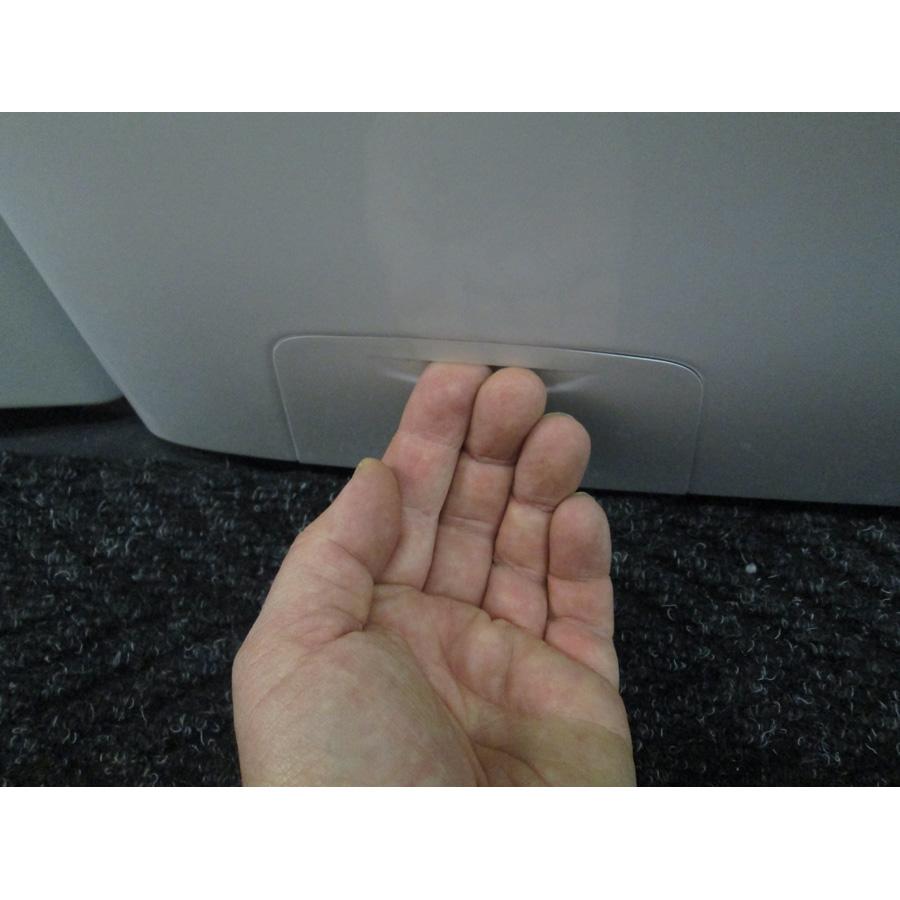Candy GVW485D(*6*)(*17*) - Ouverture de la trappe du filtre de vidange.