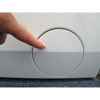 AEG L8FSD944E - Ouverture de la trappe du filtre de vidange
