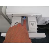 Beko WTV7744XWDOS - Bouton de retrait du bac à produits