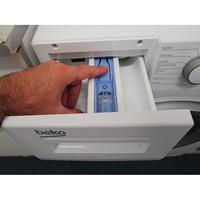 Beko WTV8712BS0W - Bouton de retrait du bac à produits