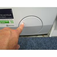 Electrolux EW7F3921RL - Ouverture de la trappe du filtre de vidange