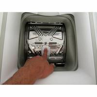Indesit BTWD61053 - Bouton d'ouverture des portillons