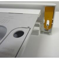 Miele WDA200WPM - Rangement de l'outil spécifique pour l'ouverture de la trappe du filtre de vidange