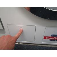 Miele WKH122WPS - Ouverture de la trappe du filtre de vidange