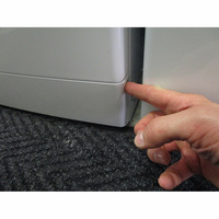 Whirlpool FSCR10432(*29*) - Ouverture de la trappe du filtre de vidange