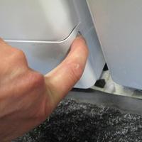 Whirlpool FSCR12443 6ème Sense Live(*37*) - Ouverture de la plinthe masquant le filtre de vidange