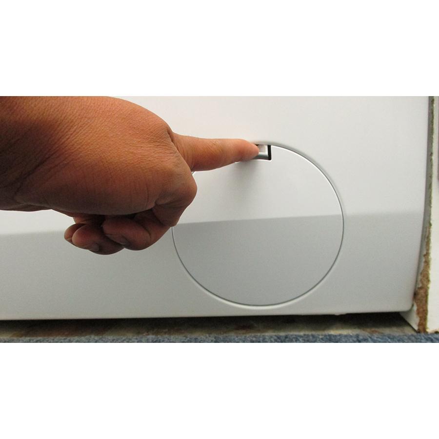 AEG L6FBR141G - Ouverture de la trappe du filtre de vidange