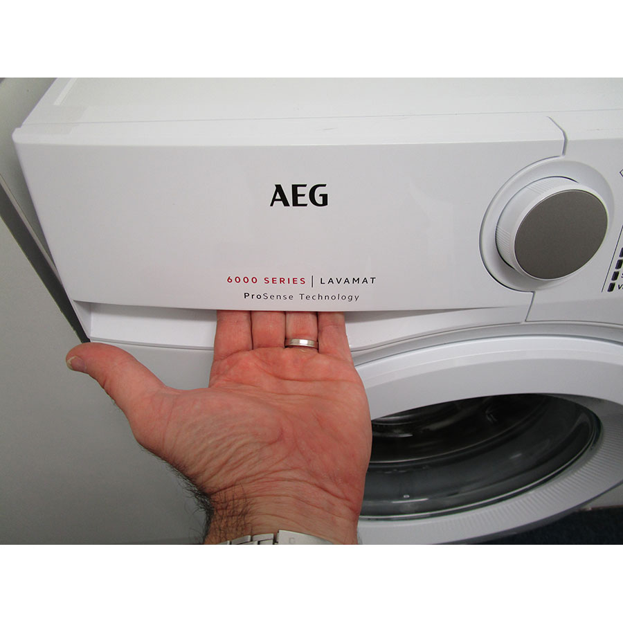 AEG L6FBR842G - Ouverture du tiroir à détergents