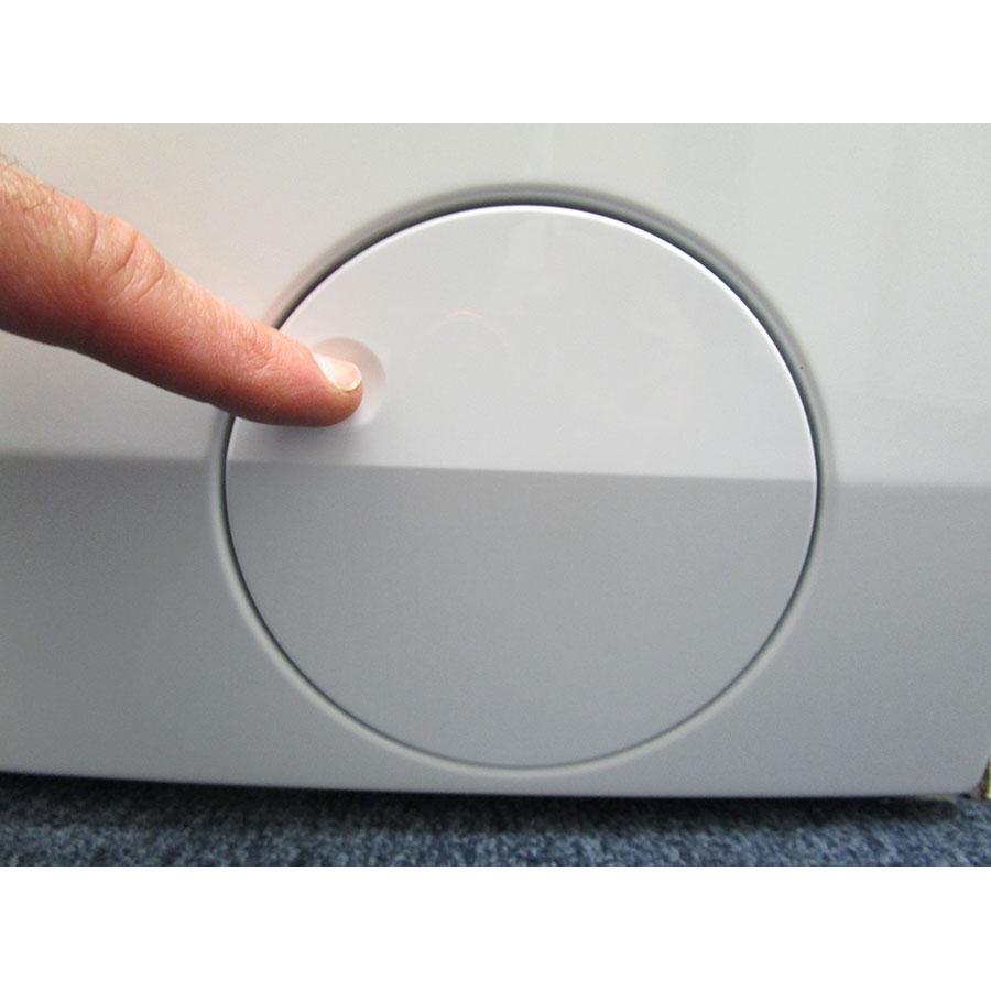 AEG L6FBR842G - Ouverture de la trappe du filtre de vidange