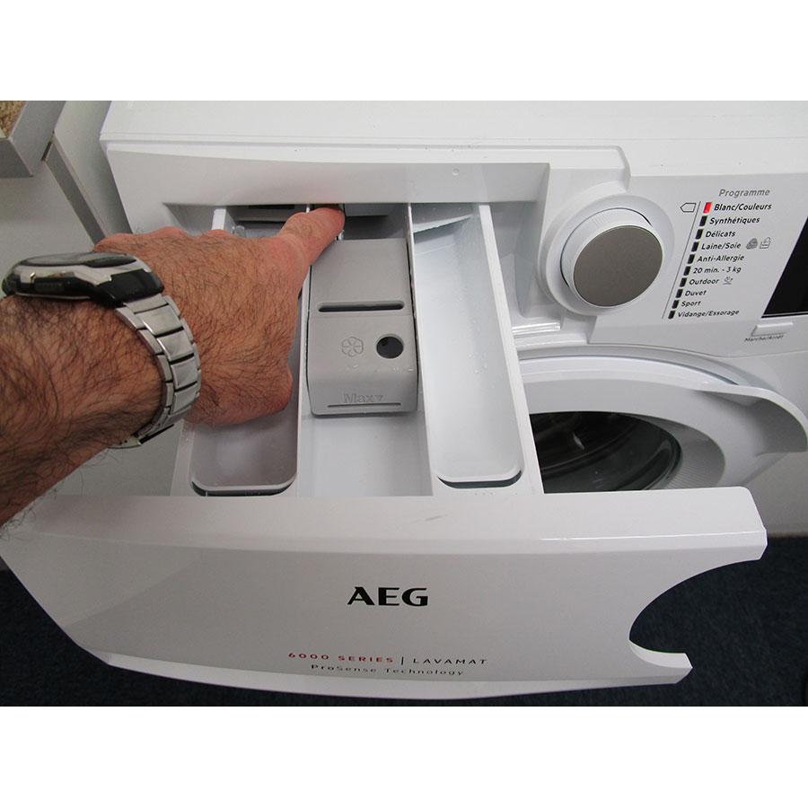 AEG L6FBR842G - Bouton de retrait du bac à produits