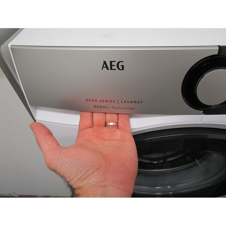 AEG L8FSD944E - Ouverture du tiroir à détergents