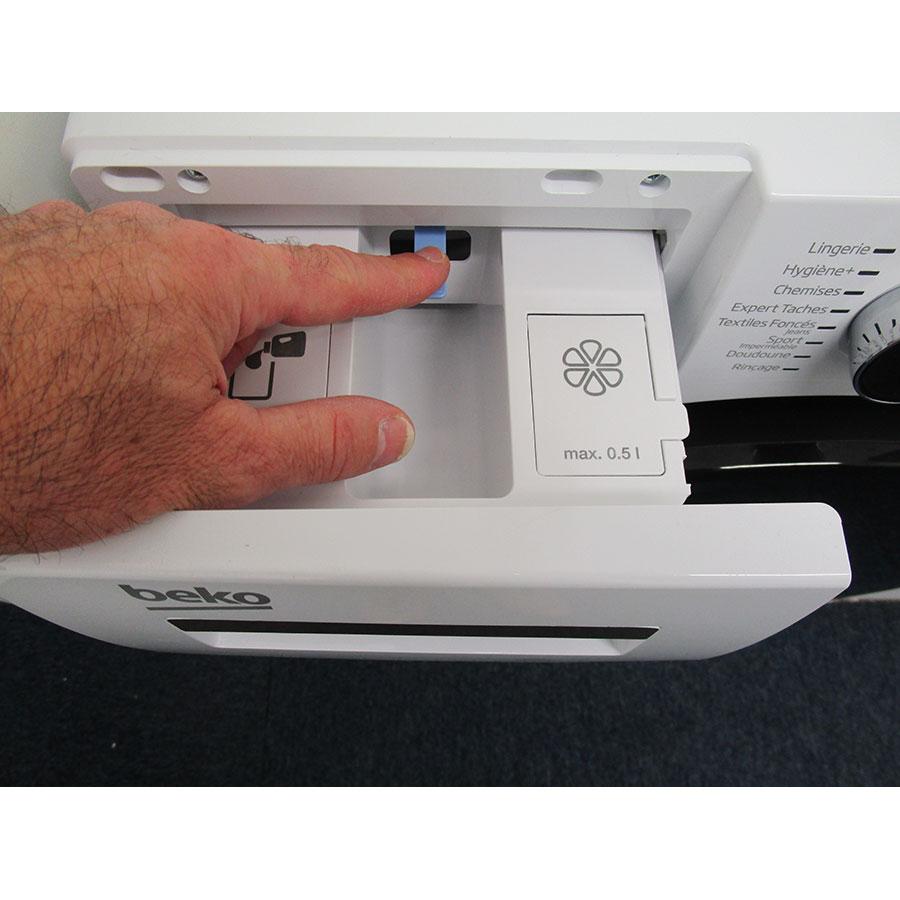Beko WTV8744XWDOS - Bouton de retrait du bac à produits