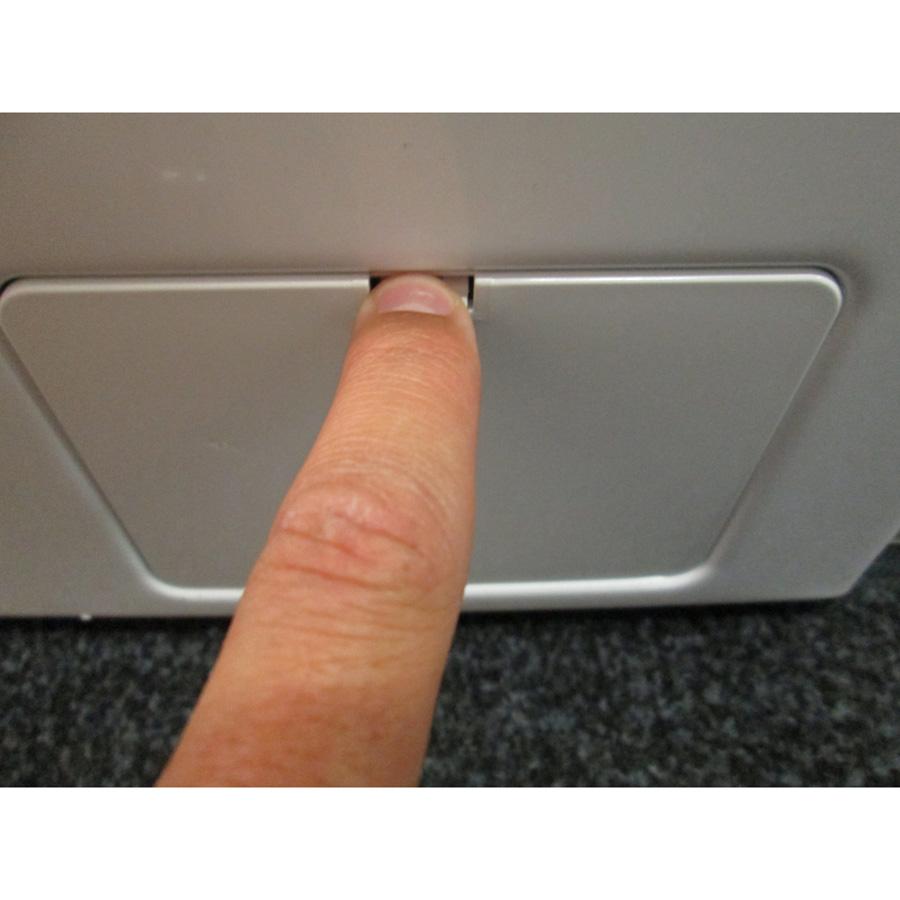 Bosch WAQ24483FF Serie 6 (*13*) - Ouverture de la trappe du filtre de vidange