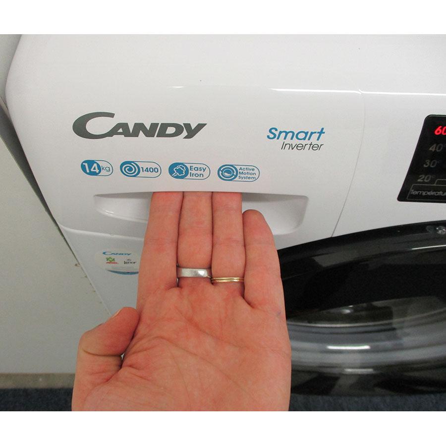 Candy CSS1414TWMBE - Ouverture du tiroir à détergents
