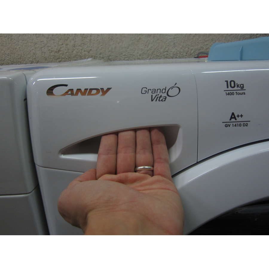 Candy GV1410D2 /1-47 - Ouverture du tiroir à détergents